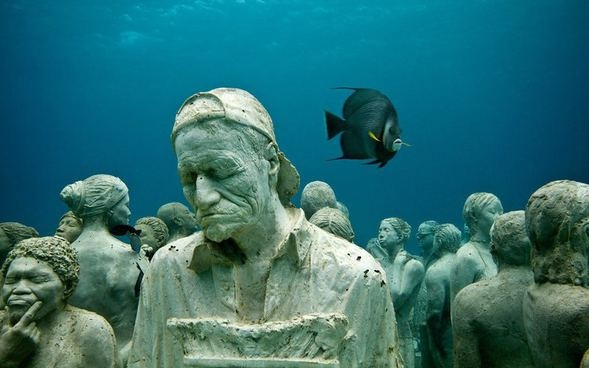 Heykeltraş Jason deCaires Taylor yaptığı heykelleri denizin dibine yerleştiriyor.Bu sayede Meksika'nın Karayıip kıyılarındaki Cancun kentini çevreleyen deniz dibinde bir Su Altı Müzesi(MUSA) oluştu.