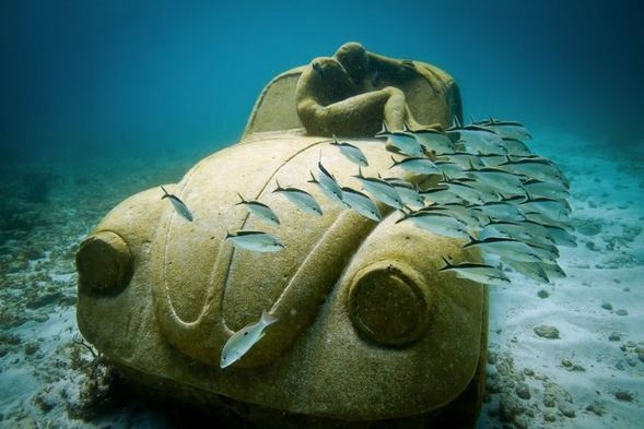 Denize yerleştirilen ve mercanlara yuva olan heykeller