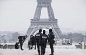 Eyfel Kulesi kar nedeniyle ziyarete kapatıldı