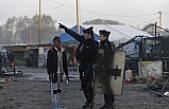 Fransız rahip göçmenlere kötü muameleye karşı açlık grevine girdi