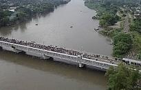 GUATEMALA-MEKSİKA SINIRINDA MAHSUR KALAN GÖÇMENLERDEN YAKLAŞIK 2 BİNİ YÜZEREK VEYA SALLA MEKSİKA TARAFINA GEÇTİ