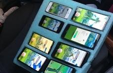 Bir sürücü, otoyolda 8 telefonla birden oyun oynadı