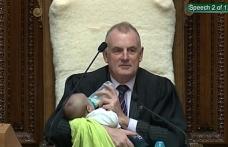 Meclis Başkanı bebeği kürsüde biberonla emzirdi