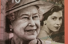 Dr. Fazıl Küçük Vakfı'ndan çıkan yayında Kraliçe 2. Elizabeth paraları tek kitapta toplandı
