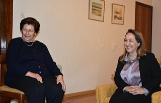 İlk Kıbrıslı Türk kadın hekime Bakan'dan...