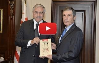 Kitabını Cumhurbaşkanı'na sundu