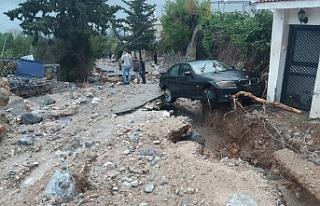Araçlar toprak altında kaldı
