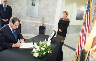 Bush için açılan taziye defterini imzaladı