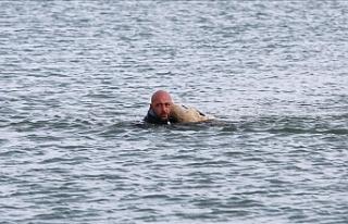 Buzları kırıp köpeği kurtardı