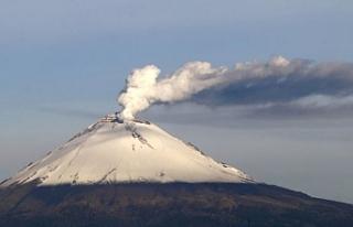 Popocatepetl Yanardağı gaz ve kül püskürtüyor