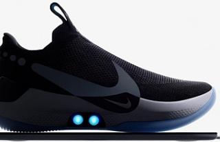 Nike'ın bağcığını kendi bağlayan ayakkabısı...