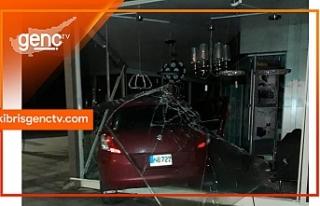 Alkollü sürücü Elektrokur mağazasına daldı