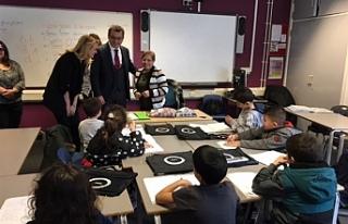 Başbakan'dan Londra'da Türk okuluna ziyaret