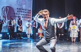 Başbakan Erhürman sahneye çıktı, erkek karşılama...