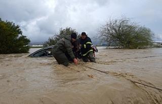 Bir çok yol sular altında… Bazı evleri de su...