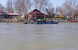 Dicle Nehri'nde batan bir feribotta 40 kişi...