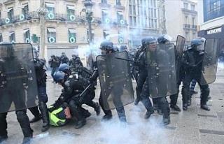 Fransa'da sarı yeleklilerin gösterisinde polis...
