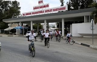 Hekimler, sağlık çalışanları ile birlikte bisiklet...
