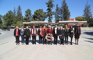 Kadınlar Atatürk büstüne çelenk koydu