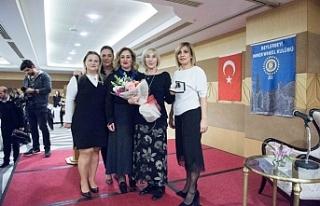 Katılımcılar kitaplarını Ayşe Kulin'e imzalattı