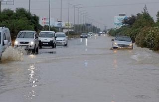 Lefkoşa-Girne yolunun bir bölümü su taşkınından...