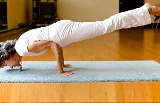 100 yaşındaki yoga eğitmeni ders vermeye devam...