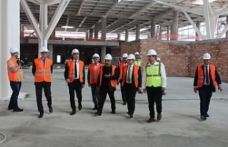 Büyükelçi yeni terminal binasında incelemelerde...