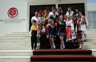 Uluçay, festivale gelen konuk ekiplerin temsilcilerini...