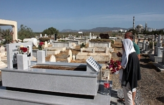 Vatandaşlar hayatta olmayan yakınları için mezarlıklara...