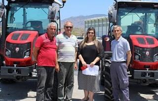 2 traktör teslim edildi