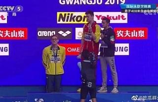 Avustralyalı ve Çinli sporcular arasında podyum...