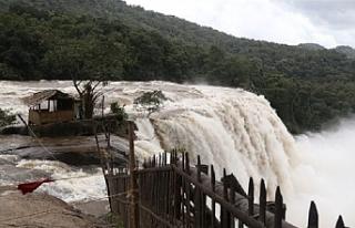 Hindistan'da baraj taştı: 6 ölü, 18 kayıp