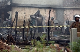 Pakistan'da askeri eğitim uçağı evlerin arasına...