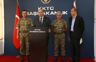 Toplantıya ara veren Tatar ve Özersay, komutanlarla...