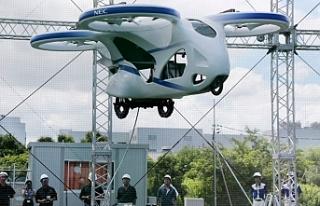 Japonya'da prototip uçan otomobil deneme uçuşu...