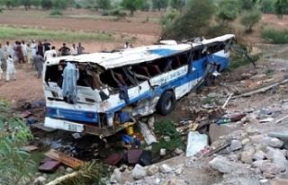 Pakistan'da otobüs uçuruma yuvarlandı, 24...