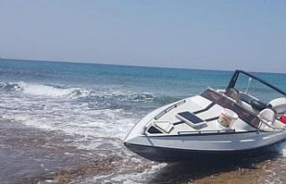 Yeni Erenköy sahilinde terk edilmiş sürat teknesi...