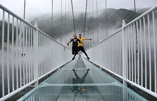 Çin'de 32 cam asma köprü ve kaydırak kapatıldı