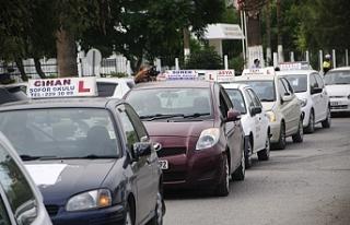 Şoför Okulları eylemde, Ulaştırma Bakanı Atakan'ı...