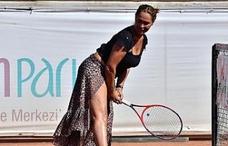 Tenis turnuvasına derin yırtmaçlı leopar desenli...