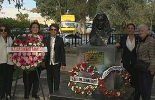 Kadınlar, Atatürk Anıtı ve Zübeyde Hanım Büstü'ne...