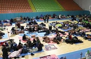Depremden etkilenen vatandaşlar spor salonuna sığındı
