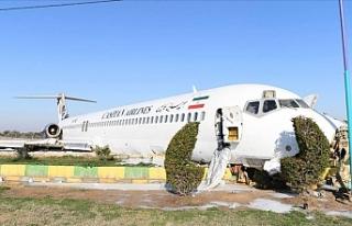 İran'da bir yolcu uçağı şehir merkezindeki...
