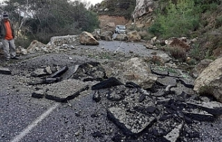 Kaplıca-Kantara anayoluna kayalar düştü