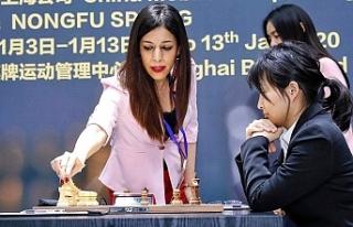 Satranç turnuvasında saçları görünen İranlı...