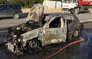 Seyir halindeki bir araba ateş aldı ve tamamen yandı