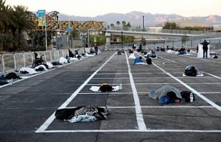 Evsizler yine evsiz: Las Vegas'taki evsizler otoparkta...