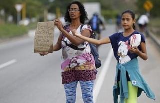 Venezuela'da yaşanan kriz sebebiyle anneler çocuklarını...