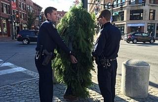 Ağaç kılığına girdi! Sokağa çıkma yasağını...