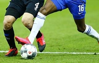 Bundesliga'da futbolcuların maske ile sahaya...
